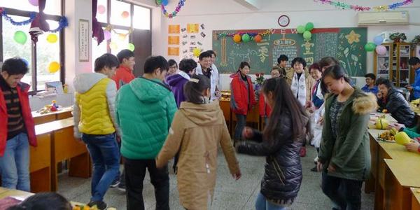 新年幼儿园教室门布置