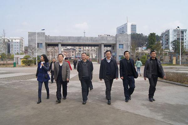 在县委常委,县委书记彭正刚,县委常委,组织部部长石红梅等的陪同下